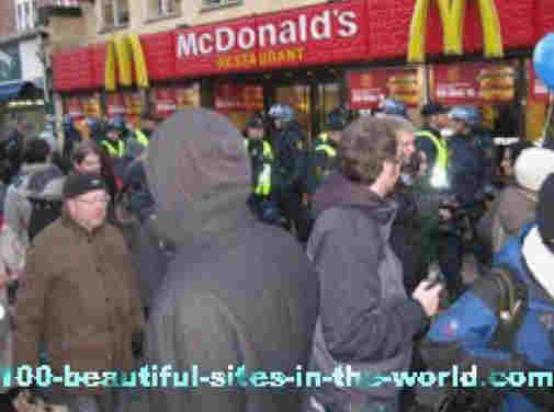 100-beautiful-sites-in-the-world.com/copenhagen-climate-demonstration.html: Copenhagen Climate Demonstration: In front of McDonalds angry masses marched, while the police shielded the place.