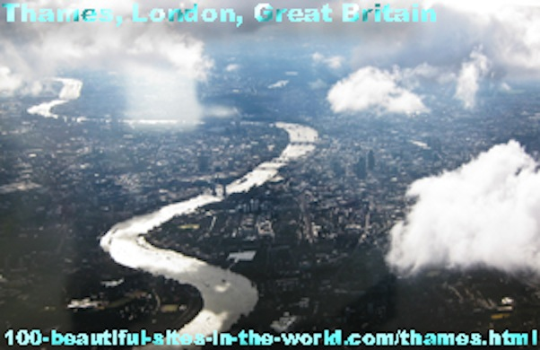 The Thames River (نهر التيمز), London, England.